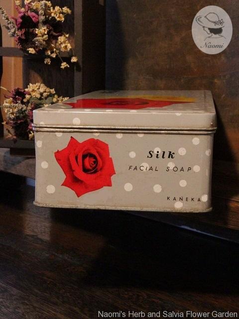 カネカ絹石鹸の昭和レトロな缶