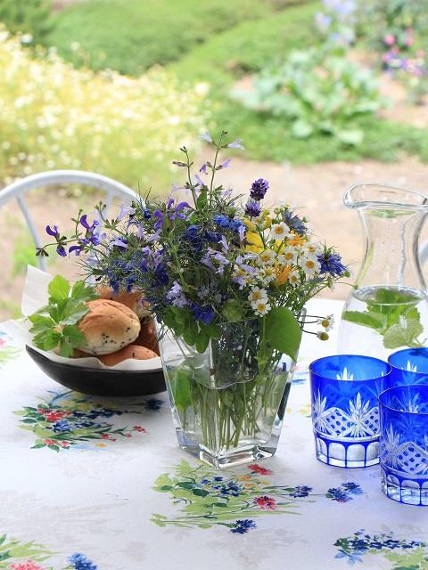 ランチのテーブルに庭の花を