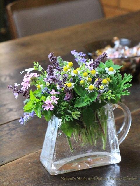 庭の花を摘む4月