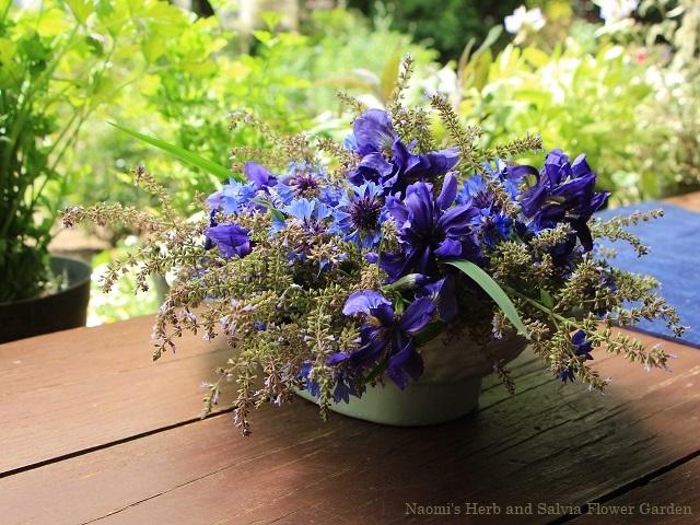 庭の青い花を生けて