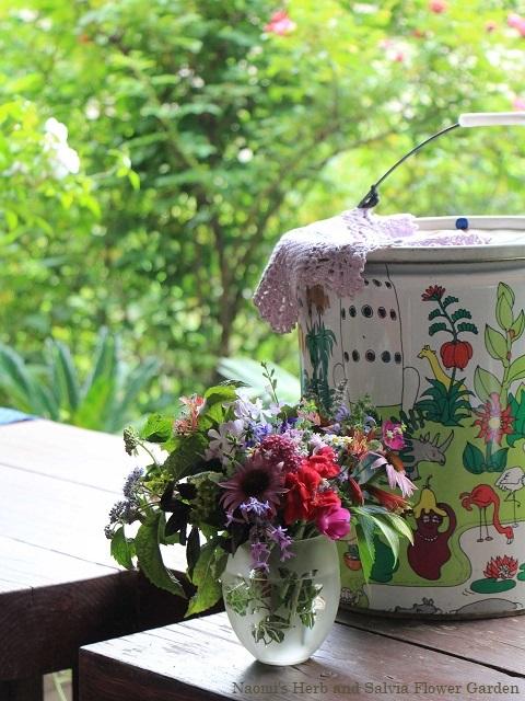 雨上がりの庭で花を摘んで
