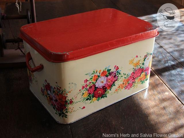 花束デザインの少し古い缶