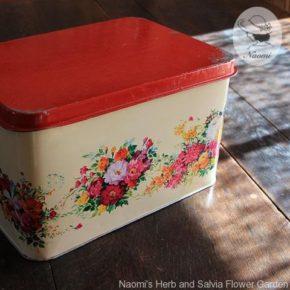 花束のデザインの少し古い缶