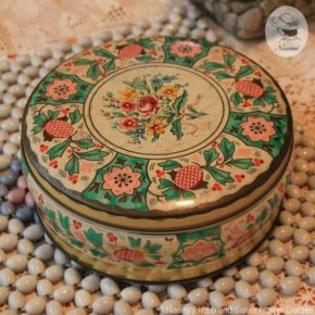 花のモチーフ 丸いビンテージ缶