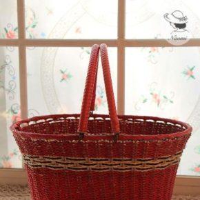 赤い昭和レトロな買い物カゴ