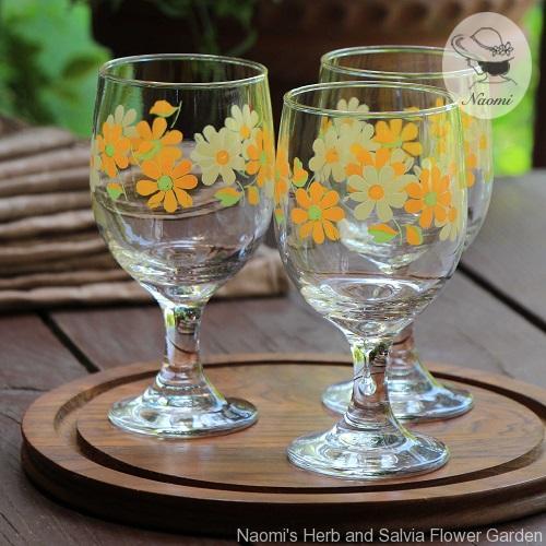 昭和レトロなグラス 脚付きオレンジ色の花