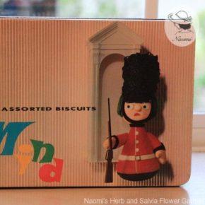 明治マインドビスケットの缶⑥ - 兵隊さんのポーズ人形